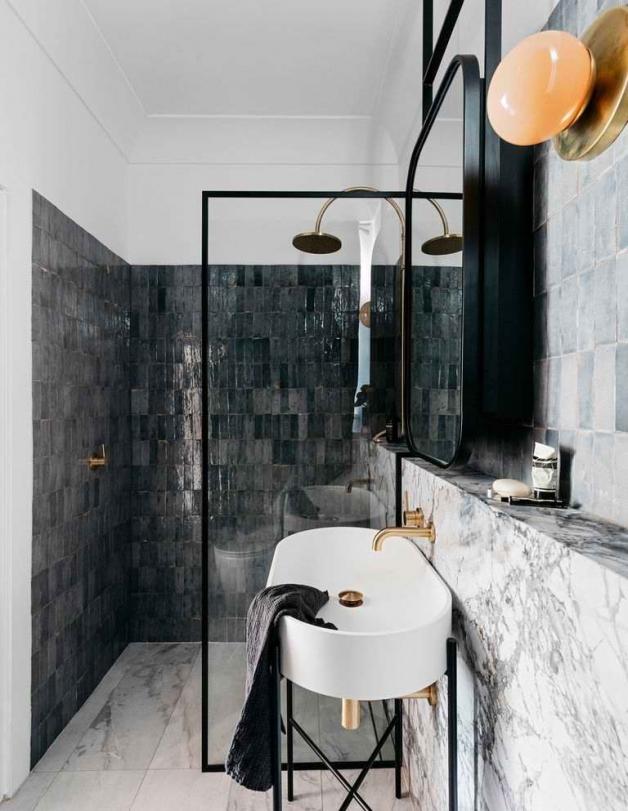 Контрастный черный цвет в интерьере ванной