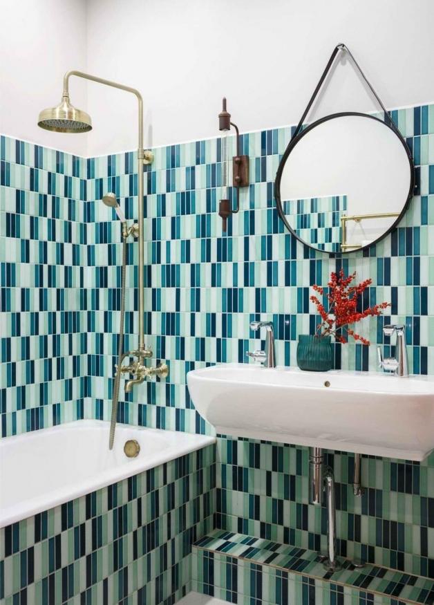 Яркая ванная с комбинированием цветов плитки